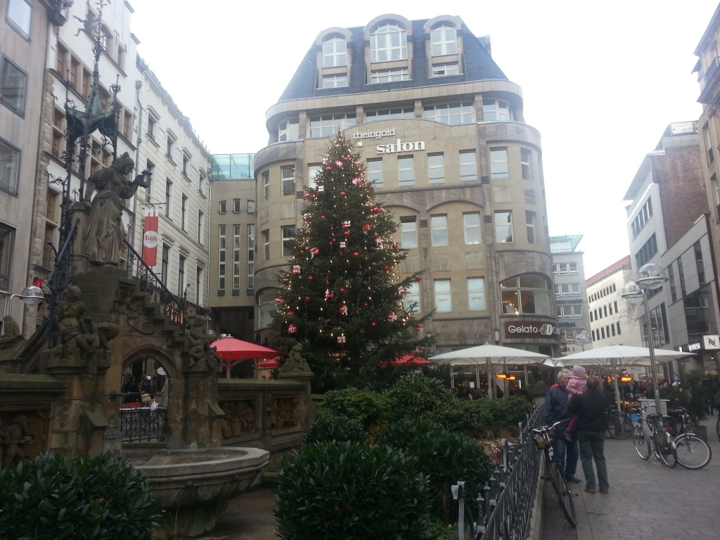 """Christmas decoration at the """"Heinzelmännchen"""" fountain by day"""